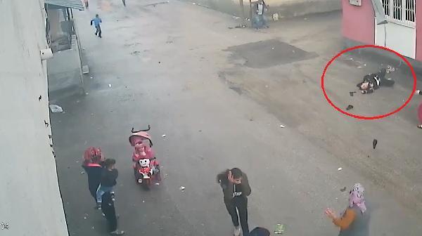Adana'da uyuşturucu bağımlısı eşi tarafından odaya kilitlenen ve şiddete maruz kalan 20 yaşındaki Fatma, balkondan aşağı düştü. Kayınvalidesinin ihbarı üzerine olay yerine gelen sağlık ekipleri genç kadını hastaneye kaldırıldı. Öte yandan 3 çocuk annesi Fatma'nın sağlık durumunun kritik olduğu öğrenildi. ile ilgili görsel sonucu